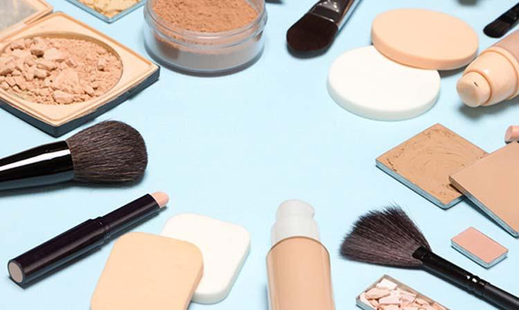 Apply the Primer Or Moisturize The Skin